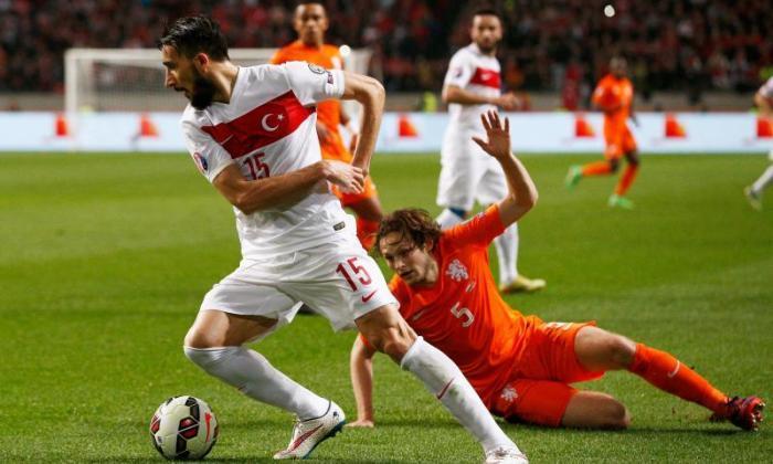 利物浦和埃弗顿举行突袭土耳其国际Mehmet Topal