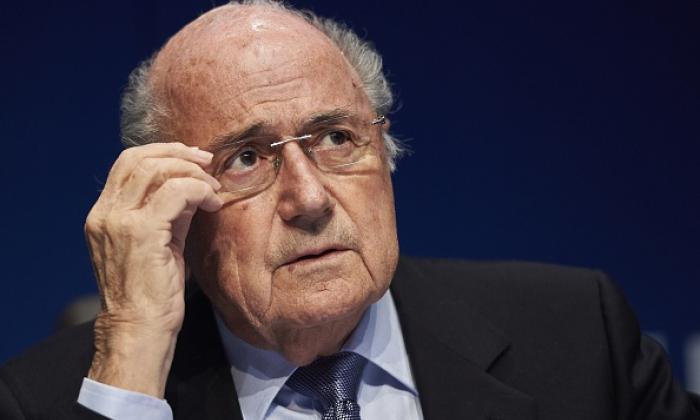 """""""你坐在谎言的宝座上 - 足球迷模拟FIFA总统Sepp Blatter在推特上"""