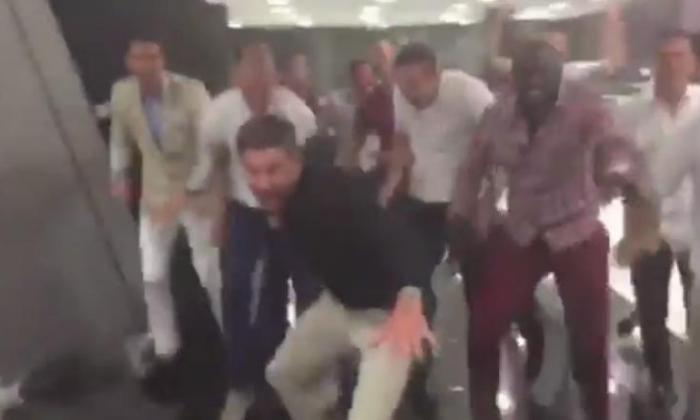 利物浦球员唱辉煌的yaya / kolo toure song  - 风扇反应视频