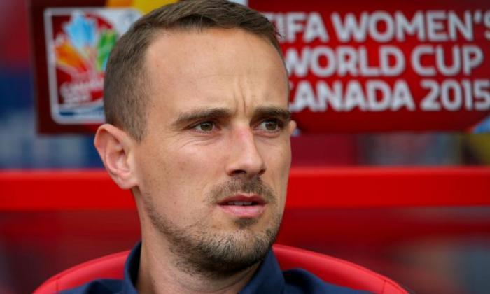 独家 - 英格兰女子老板Mark Sampson谴责世界杯人工间距